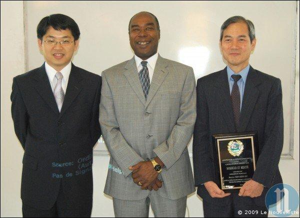 De gauche à droite: Xavier Chen, Denis P. Régis et Mien Sheng Hsu, respectivement troisième secrétaire de l'ambassade de Taiwan en Haïti, directeur général du CEDI et ambassadeur de Taiwan accrédité à Port-au-Prince